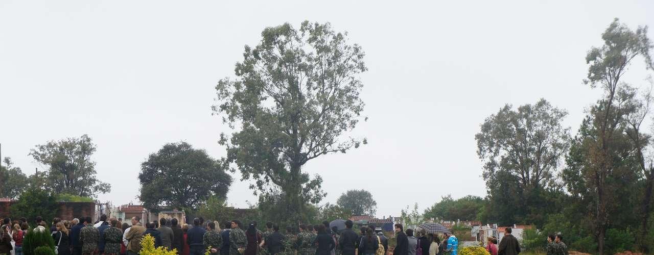 20 de maio - Enterro teve o acompanhamento de cerca de 180 pessoas