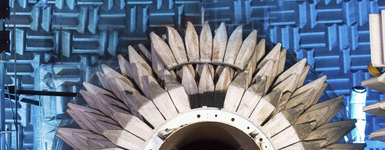 20 de maio - Projeto da Nasa testa o desenvolvimento de tecnologias para uma nova geração de aeronaves que podem voar a velocidades supersônicas. Os pesquisadores da agência espacial americana estão investigando o impacto de ter um propulsor na parte de cima da aeronave. Testes estão sendo feitos para determinar se essas máquinas poderão cumprir os padrões sonoros aceitos pelos aeroportos do mundo