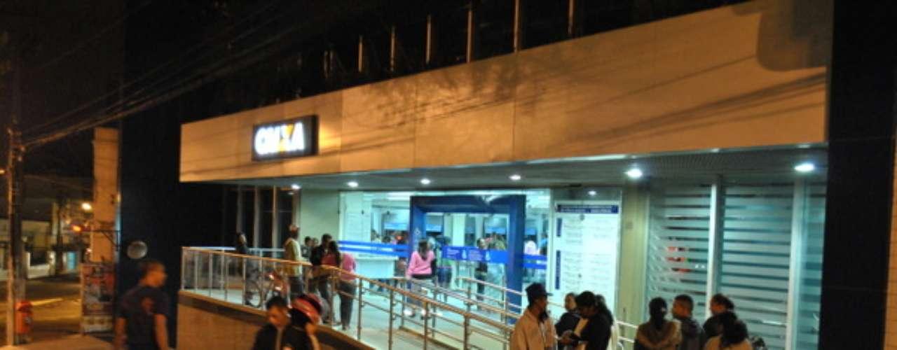 18 de maio - Com medo do fim do Bolsa Família, os internautas foram às agências da Caixa retirar dinheiro do benefício
