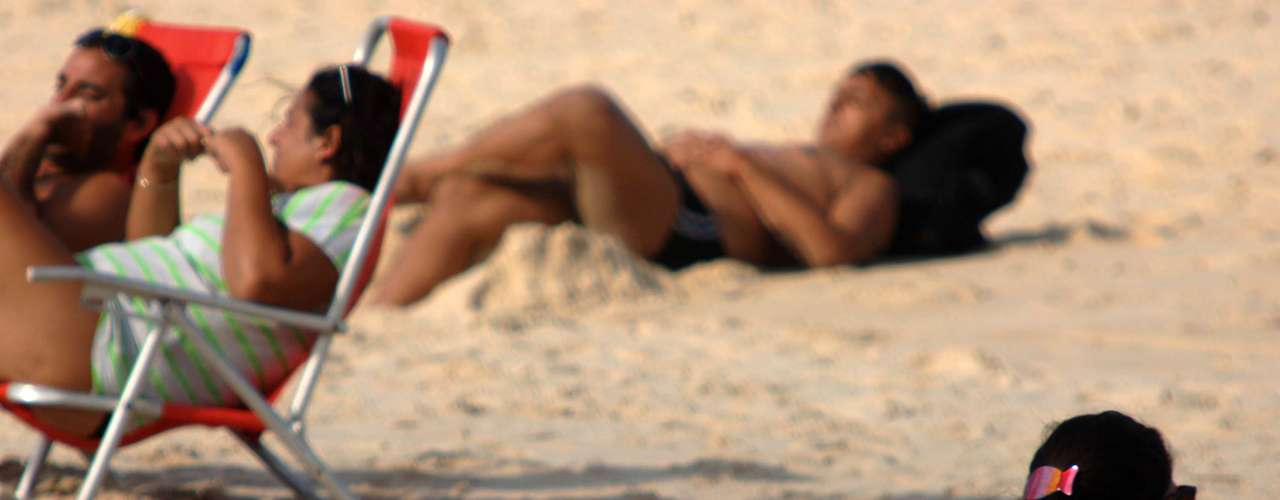 21 de maio - Banhista aproveita o forte calor na manhã desta terça-feira na praia de Ipanema, no Rio de Janeiro