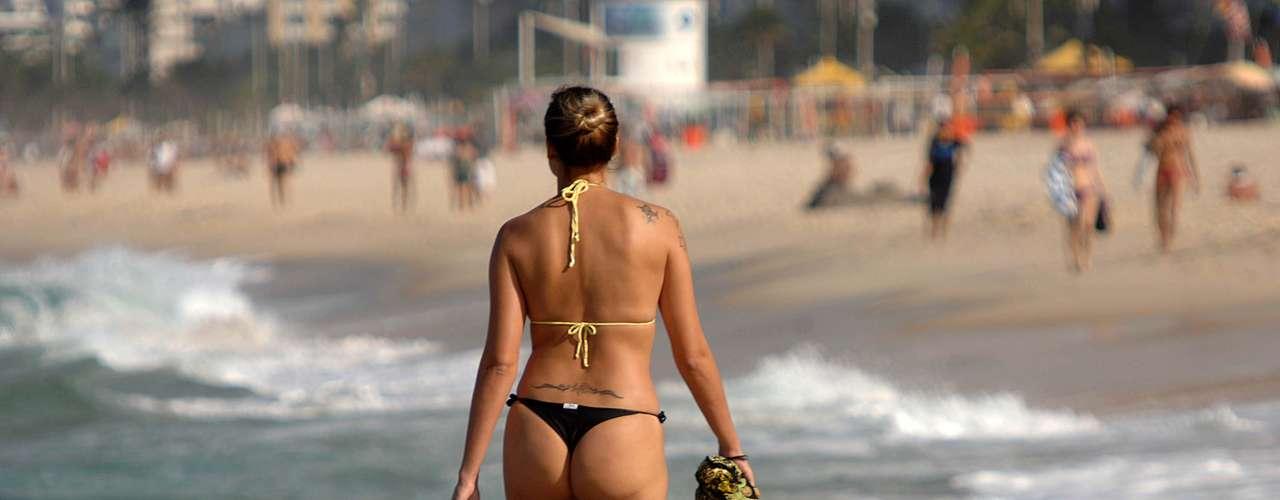 21 de maio - Muitos banhistas optaram pela caminhada na praia de Ipanema, no Rio