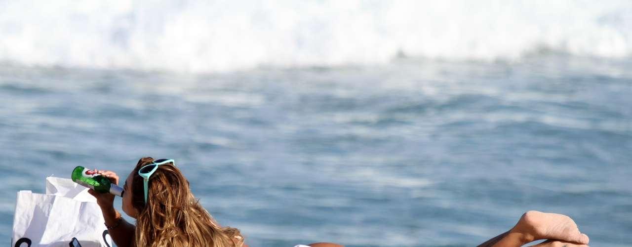 Maio 2013 -A modelo e atriz Luize Altenhofen mostrou a boa forma na praia do Leblon, no Rio de Janeiro, na tarde da última segunda-feira (20). De biquíni branco, ela se bronzeou e curtiu o momento com alguns amigos