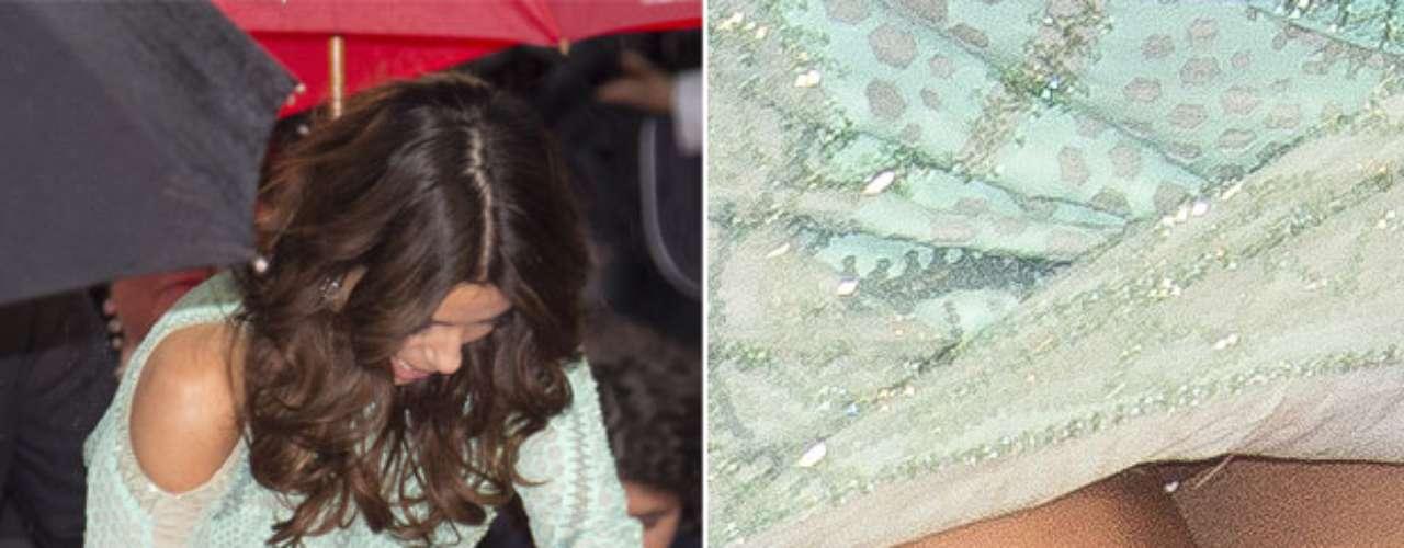 Eva Longoria se atrapalhou com a fenda de seu vestido e acabou mostrando demais no tapete vermelho da première de 'Jimmy P.', em Cannes, no último sábado (18). Ela precisou erguer as pontas da roupa para conseguir subir uma escada e foi clicada pelos fotógrafos, sem calcinha