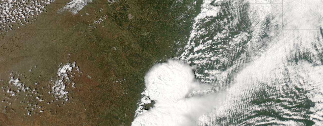 Um satélite em órbita no espaço registrou na segunda-feira (20) o início do tornado que devastou a a cidade de Moore, em Oklahoma, deixando ao menos 24 mortos e dezenas de feridos. A imagem divulgada pela Nasa - a agência espacial americana - mostra o movimento do fenômeno nos Estados Unidos entre os dias 19 e 20 de maio. Esse foi o quarto tornado em 14 anos a atingir diretamente a cidade. O tornado de ontem tinha cerca de 800 metros de diâmetro e se deslocou por cerca de 32 km