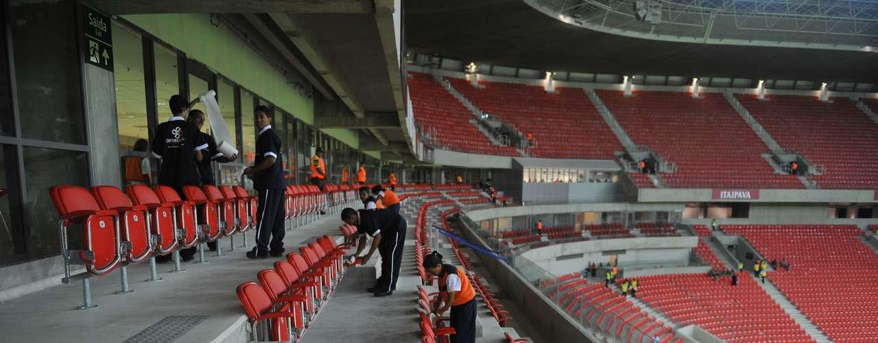 22 de maio de 2013: Funcionários realizam os últimos retoques nas arquibancadas antes de a Arena receber público pela primeira vez