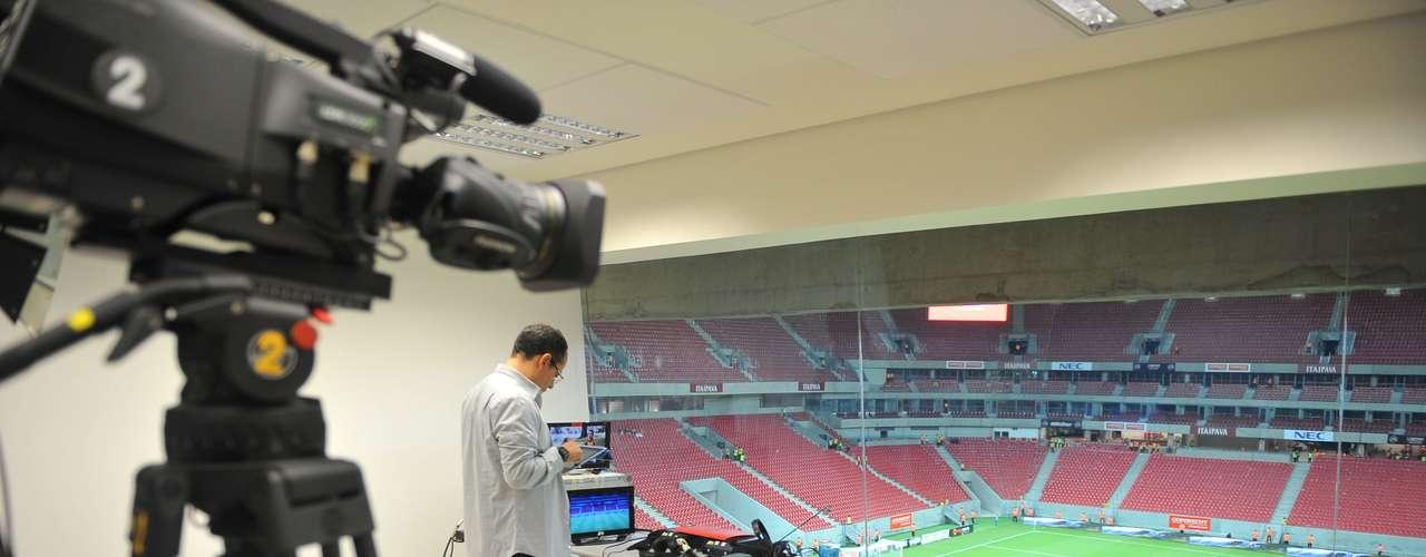 22 de maio de 2013: Imagem de uma das cabines de transmissão da Arena Pernambuco, antes da partida entre Náutico x Sporting de Lisboa