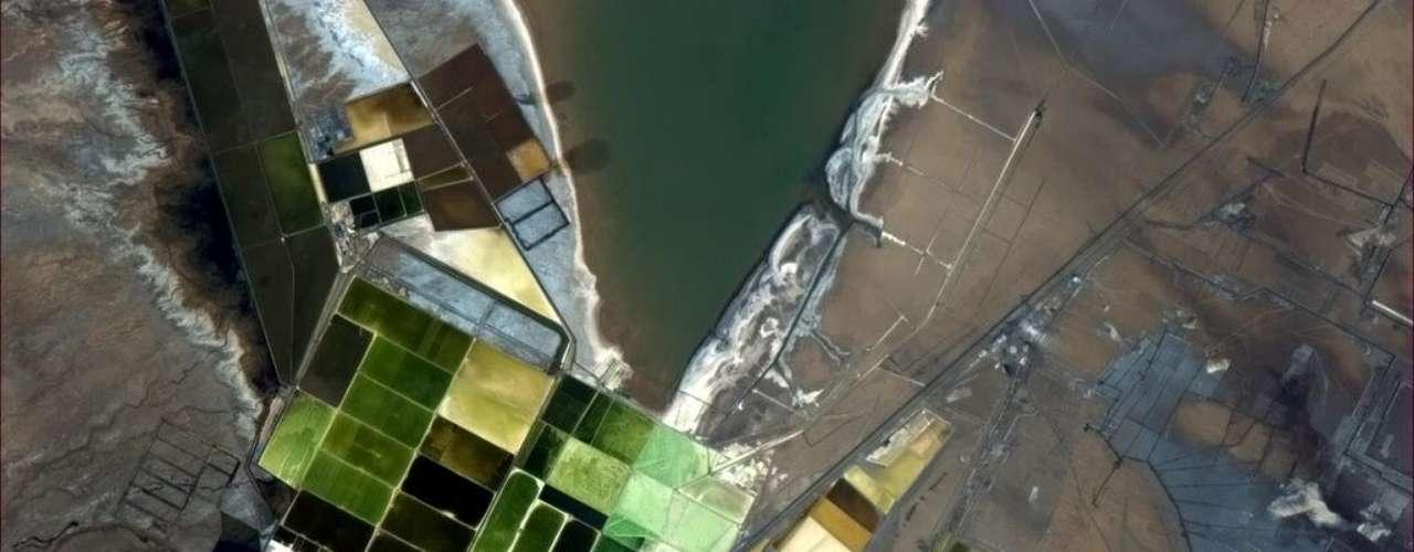 Uma colorida distribuição geométrica criada pelo homem foi fotografada do espaço pelo astronauta Chris Hadfield, que voltou à Terra em maio após viver durante seis meses na Estação Espacial Internacional. Daqui, ele continua divulgando imagens registradas a partir da órbita terrestre. \