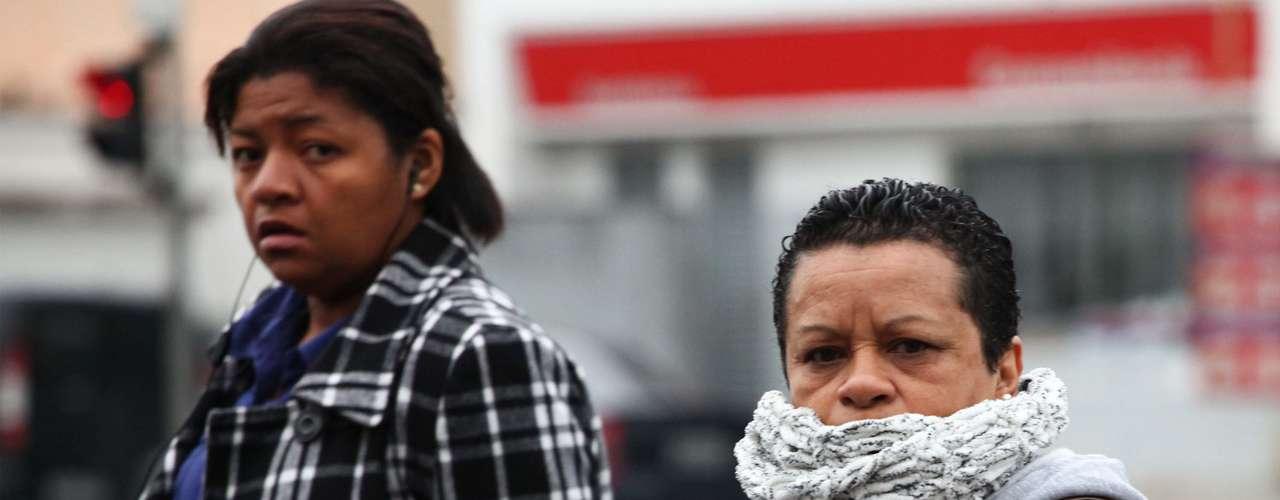 29 de maio - Pedestres enfrentam manhã fria na zona sul de São Paulo. Capital paulista registrava 17°C por volta das 6h