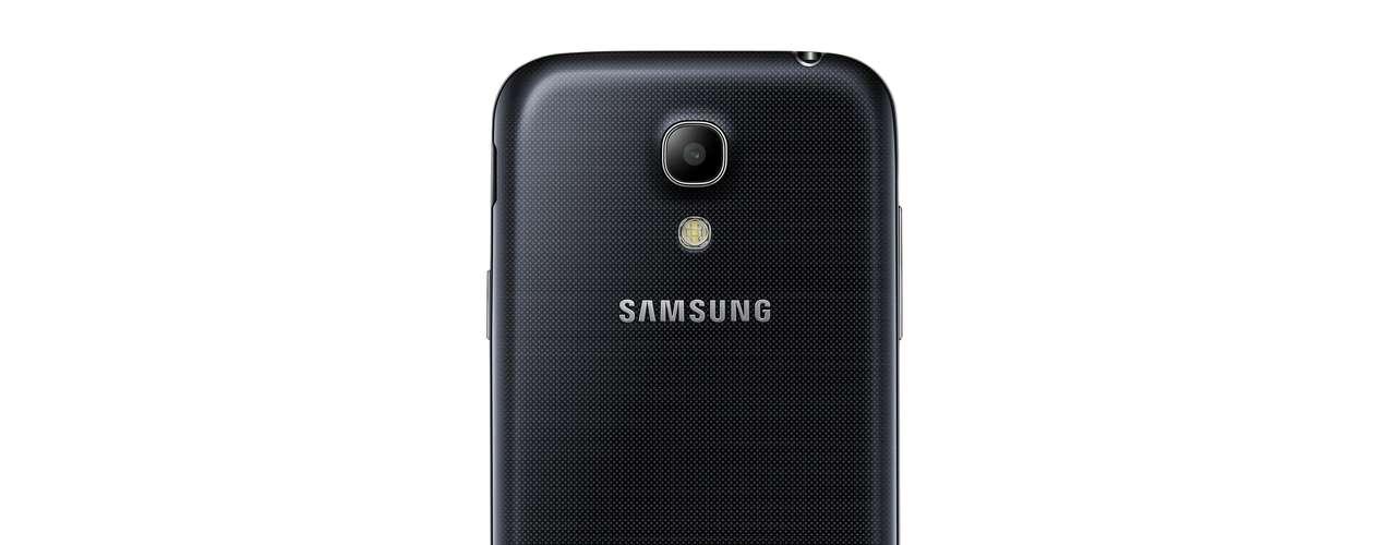 O aparelho tem tela super AMOLED de 4,3 polegadas e processador dual-core de 1,7 GHZ