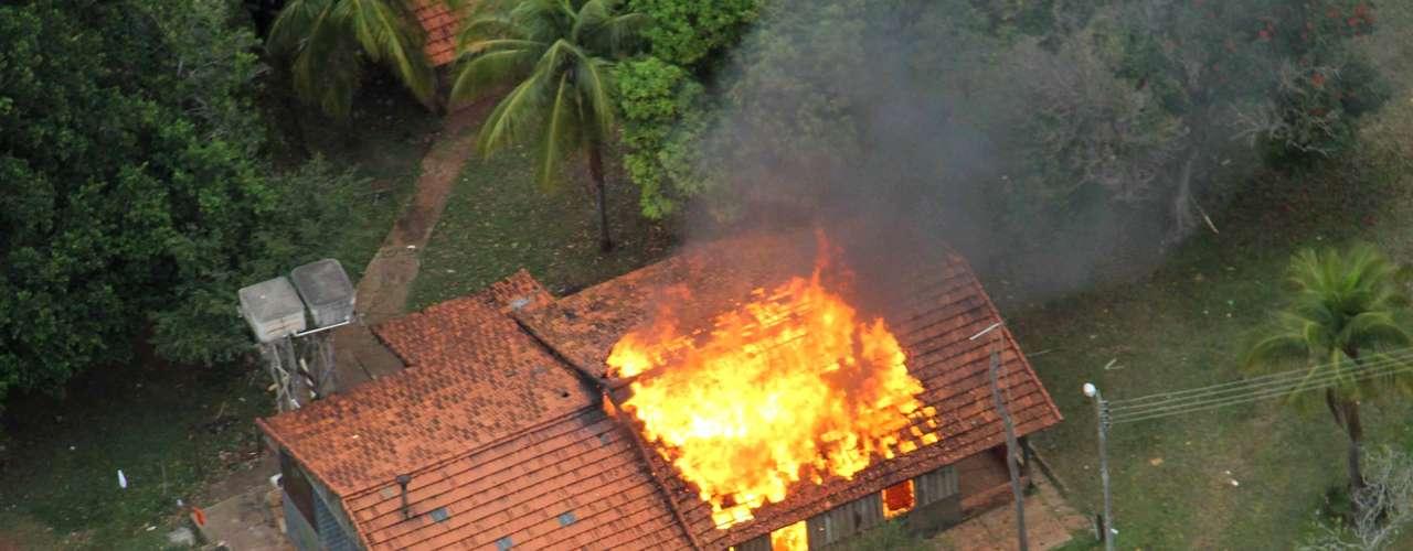 30 de maio -Indígenas atearam fogo em prédios da Fazenda Buriti, em Sidrolândia, durante operação de reintegração de posse realizada na quinta-feira. Durante confronto com policiais militares e federais, um índio morreu baleado e outros quatro ficaram feridos