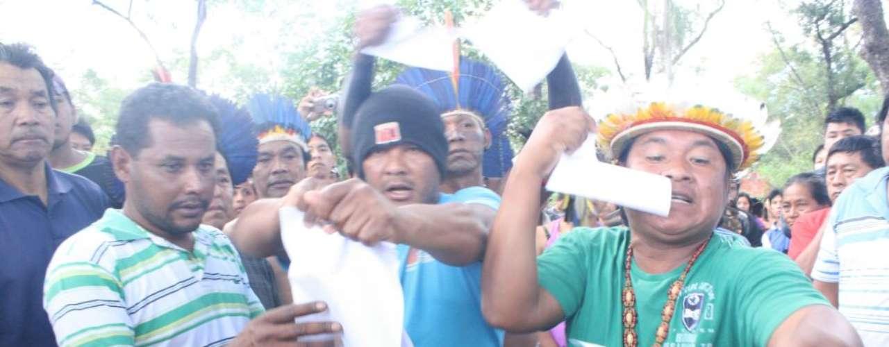 3 de junho - Índios rasgam cópias da decisão judicial que os obriga a deixar a fazenda Buriti em 48 horas