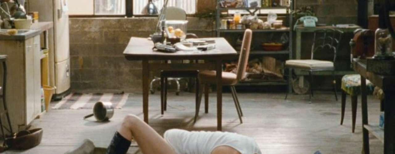 Amor eOutras Drogas Jamie (Jake Gyllenhaal) é um sedutor, que ao conhecer Maggie (Anne Hathaway) se encanta com a possibilidade de engatar em uma relação de sexo sem compromisso. Ela também não quer se apaixonar ou ter qualquer envolvimento emocional, então os dois passam a se encontrar apenas por tesão. Há cenas de sexo para todos os gostos, mas uma das mais excitantes é uma rapidinha em que os dois estão tão a ponto de bala que nem chegam a tirar a roupa