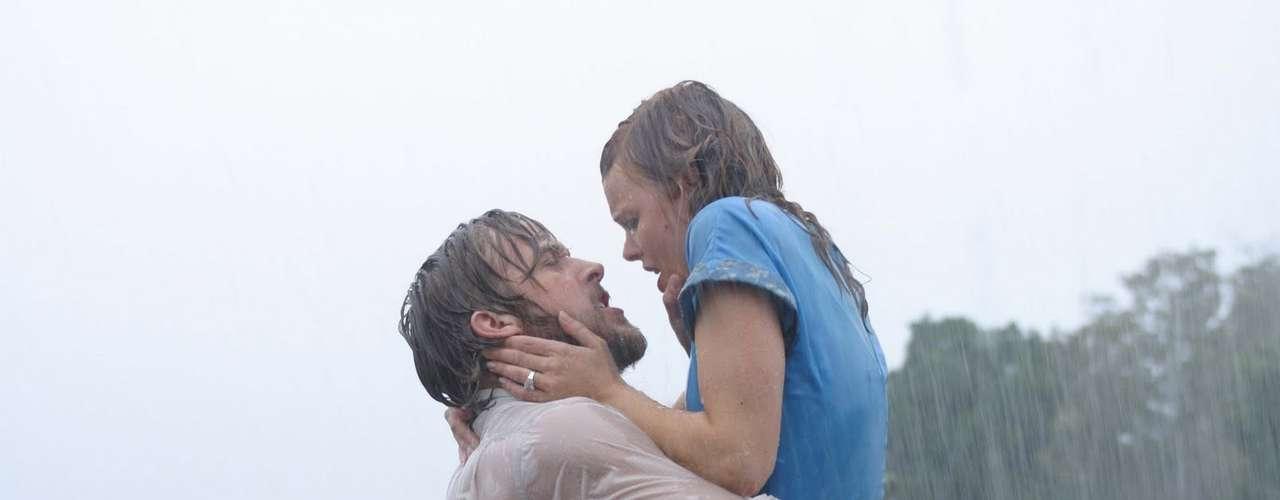 Diário de uma Paixão Como o título denuncia, o filme conta a história de uma ardente paixão entre dois jovens, Allie (Rachel McAdams) e Noah (Ryan Gosling). Apesar de se amarem os dois vivem em mundos diferentes, o que gera diversos conflitos e grandes discussões entre os dois. Durante uma briga em uma tempestade o casal se agarra e se entrega a um beijo, que leva a um sexo superintenso de reconciliação