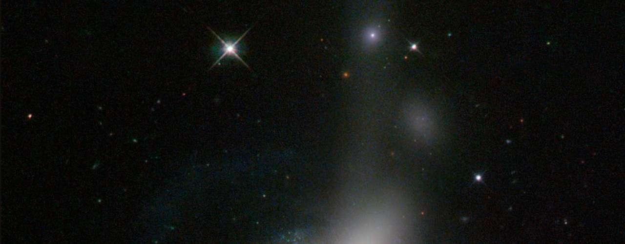 4 de junho - Registrada pelo telescópio espacial Hubble, esta imagem capturou uma colisão cósmica em curso entre duas galáxias - uma galáxia espiral está prestes a se chocar com uma galáxia lenticular. Um fluxo brilhante de estrelas saindo do processo de fusão das galáxias (no topo da imagem) evidencia a colisão, enquanto o ponto luminoso no centro do registro torna a imagem única: acredita-se que o local (conhecido como ESO 576-69) é o núcleo da antiga galáxia espiral, ejetado do sistema durante a colisão