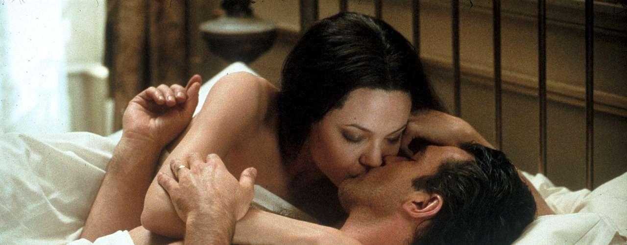Pecado Original A união de Antonio Banderas e Angelina Jolie não poderia ser menos quente. No filme, Júlia (Angelina Jolie) foi prometida a Luis (Antonio Banderas), mas eles se conhecem apenas no dia do casamento. Mesmo sem nunca terem se visto antes a química entre eles é inegável e os dois protagonizam uma noite de núpcias superpicante, com direito a diversas posições