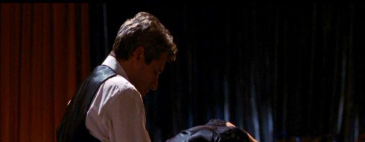 Uma Linda Mulher Em 1990 o caso de amor entre a prostituta Vivian Ward (Julia Roberts) e o milionário Edward Lewis (Richard Gere) fez muita gente suspirar. Mas apesar do romantismo, o filme também contém cenas quentes e inspiradoras. Disposta a agradar o parceiro após um dia de compras, Vivian espera por ele nua usando apenas uma gravata e sapatos de salto alto. Em outro momento, a personagem surge de camisola provocante enquanto Edward toca piano, o resultado é uma transa sobre o instrumento