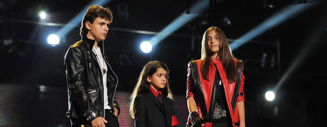 Filhos de Michael Jackson falam com o público durante o espetáculo-tributo ao rei do pop 'Michael Forever Tribute Concert', realizado em outubro de 2011 no País de Gales