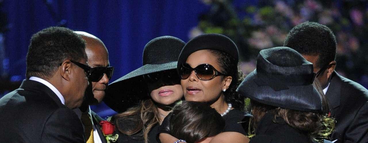Paris Jackson recebe apoio da família no funeral aberto ao público de Michael Jackson, realizado no dia 7 de julho de 2009, em Los Angeles
