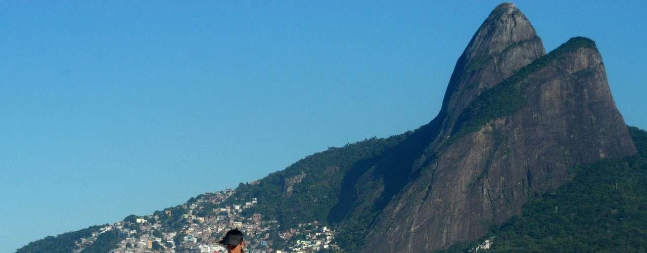 6 de junho O calor levou os banhistas à praia de Ipanema, zona sul do Rio, nesta manhã