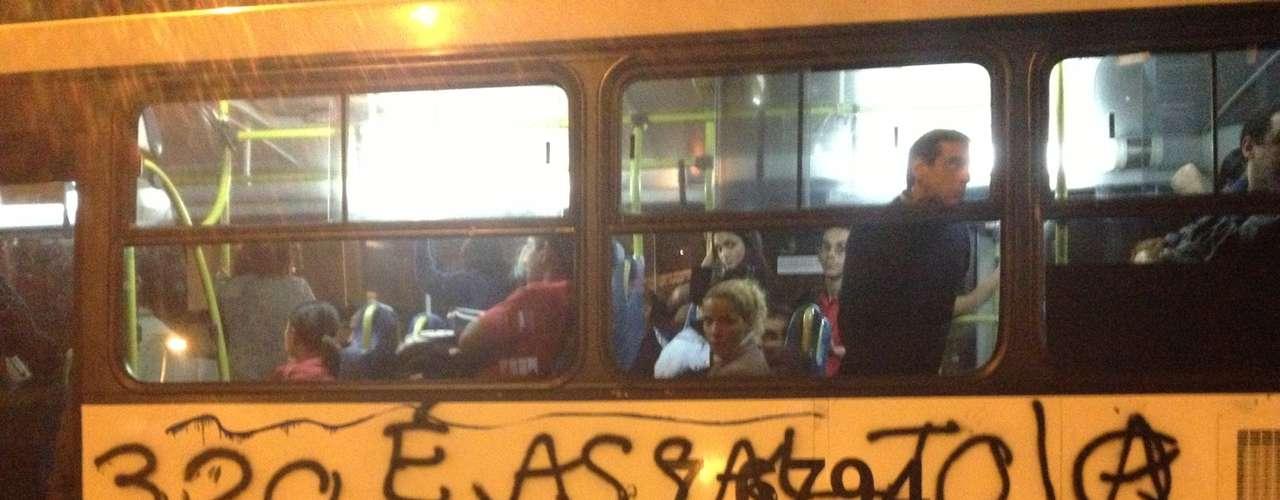 6 de junho -Os manifestantes entraram no Terminal Bandeira e, de acordo com a PM, danificaram e picharam ônibus