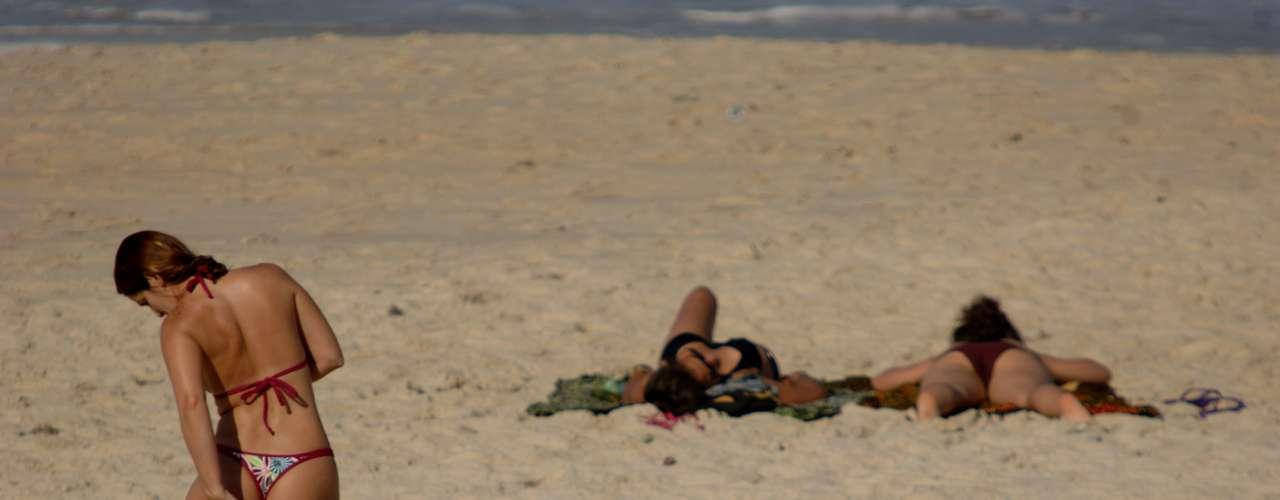 7 de junho - Banhistas aproveitaram o sol para se bronzear nesta sexta-feira no Rio