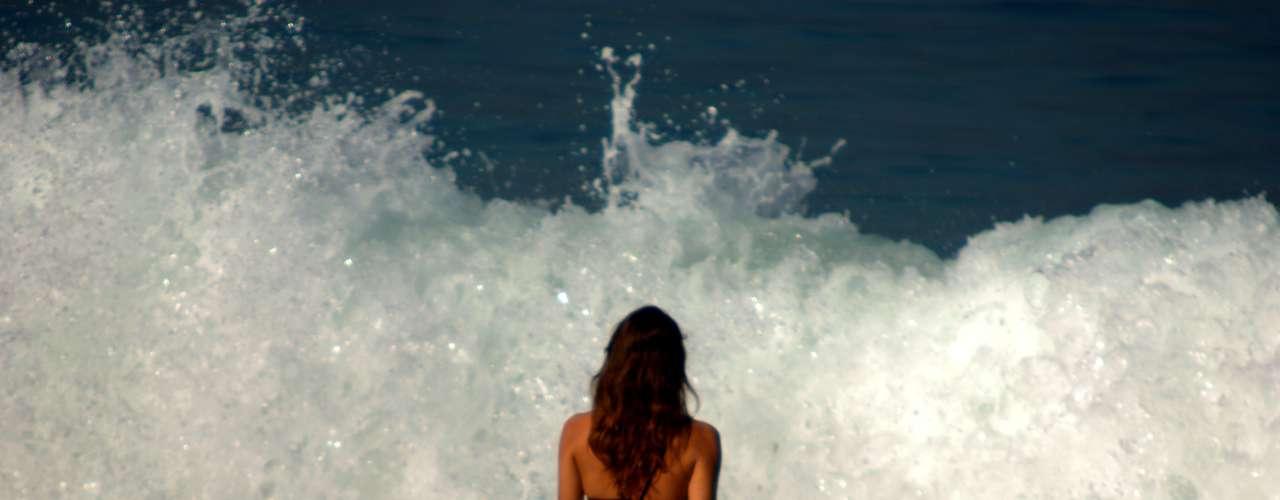 7 de junho -Calor também levou muitas pessoas a curtir o mar em Ipanema, no Rio
