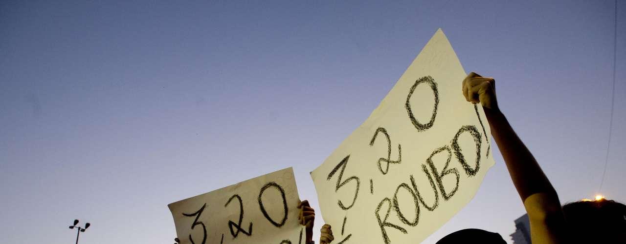 7 de junho - Grupo protesta contra o reajuste das tarifas do transporte público em São Paulo