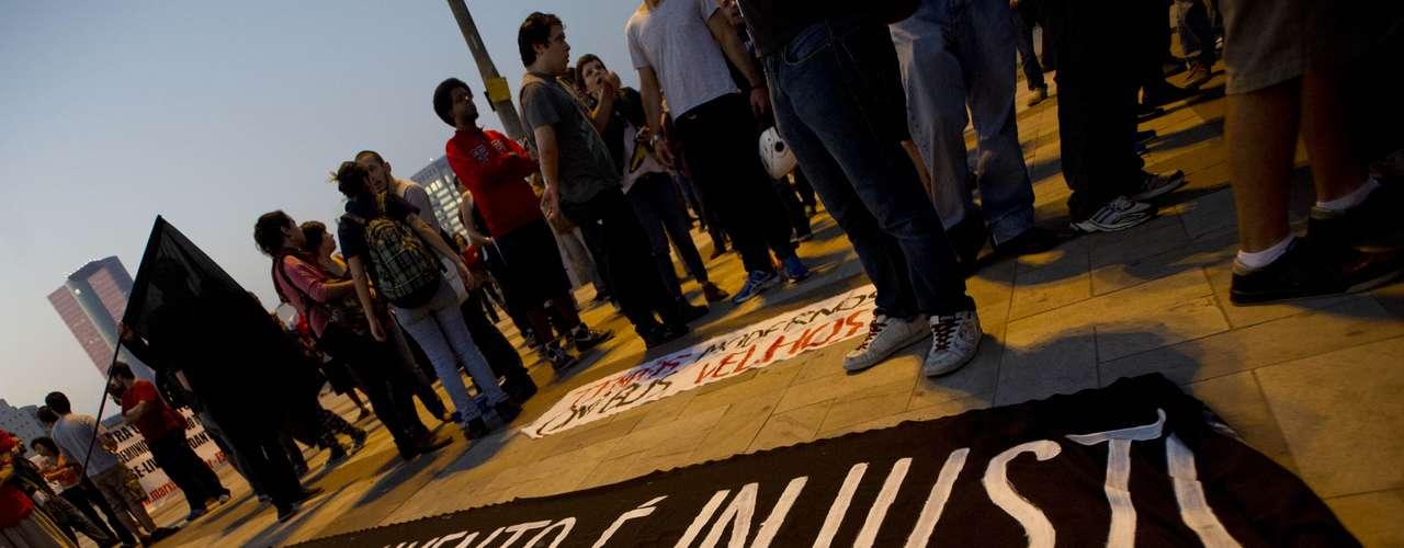 7 de junho - Manifestantes estendem cartazes e faixas no largo daBatata