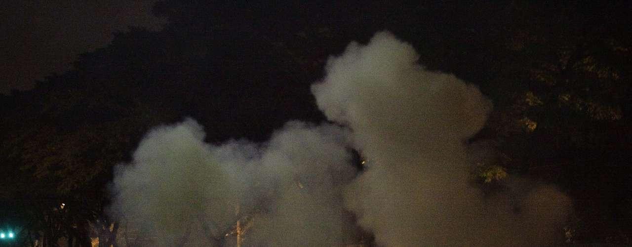 7 de junho - Após bloqueio da Marginal Pinheiros, houve confronto e PMs lançaram bombas de gás lacrimogêneo contra manifestantes