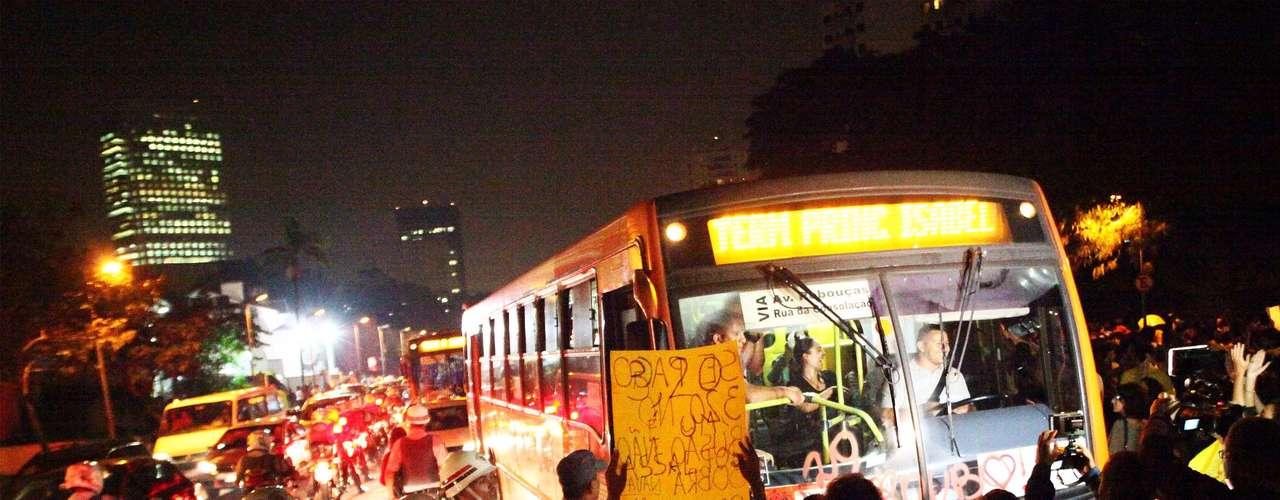 7 de junho - Grupo faz manifestação em frente a ônibus
