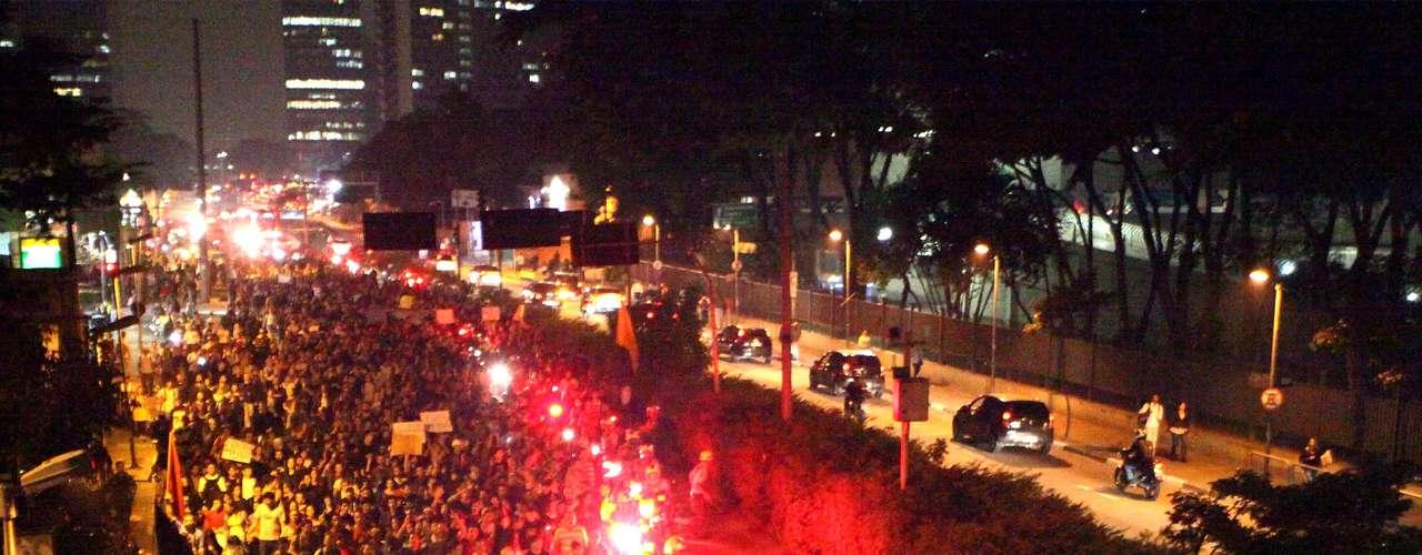 7 de junho - Batedores da PM fizeram a escolta da manifestação na tentativa de liberar ao menos uma faixa de trânsito