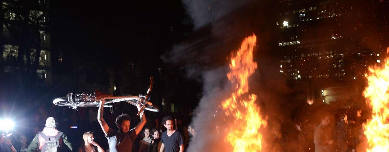 6 de junho -Após o confronto na região do Terminal Bandeira, os manifestantes se encaminharam para a avenida Paulista. O trânsito no local precisou ser interditado