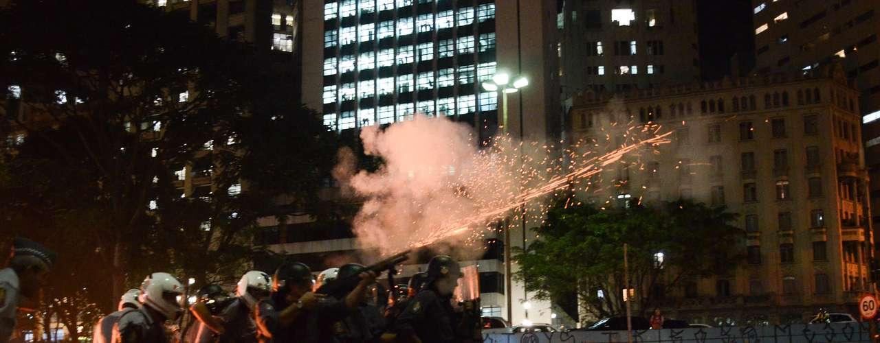 6 de junho -A polícia acompanhou a manifestação com helicóptero e está disparando bombas de gás lacrimogêneo