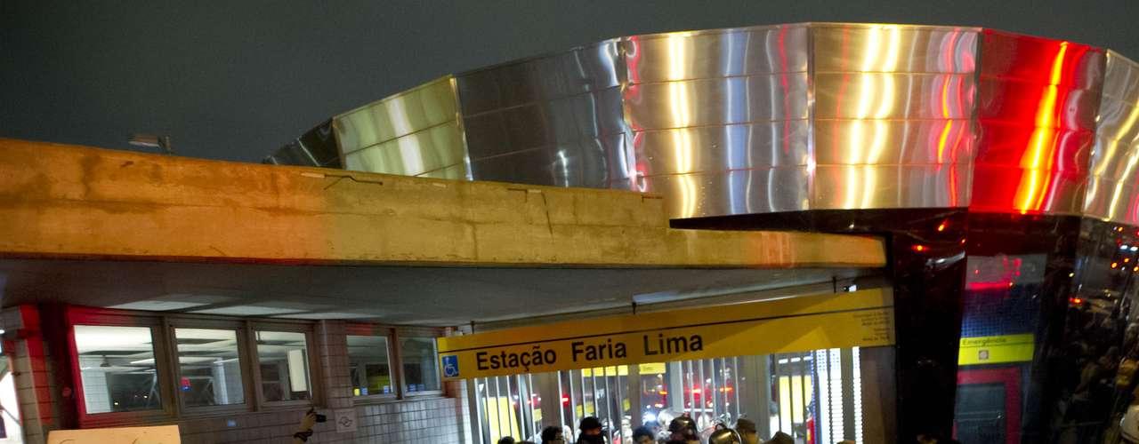 7 de junho - Manifestantes que seguiriam de metrô até a avenida Paulista foram barrados por seguranças na entrada da estação Faria Lima
