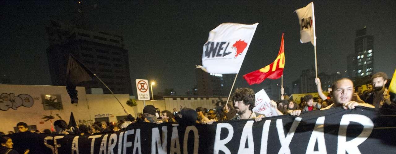 7 de junho - Grande faixa com o lema do movimento foi estendida na frente da marcha