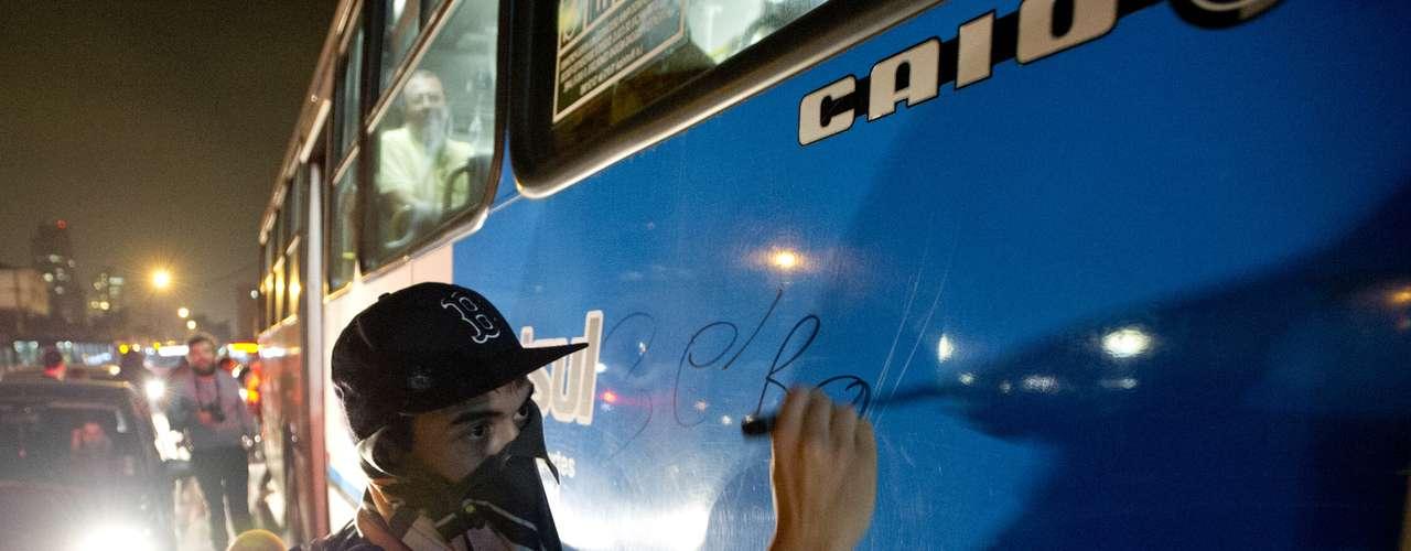 7 de junho - Jovens picharam lataria de ônibus com mensagens de repúdio ao reajuste das passagens