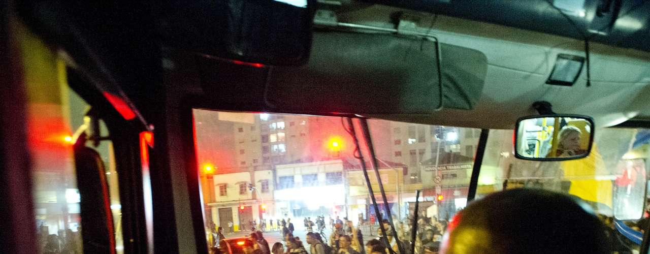 7 de junho - Manifestantes cercam ônibus na avenida Faria Lima