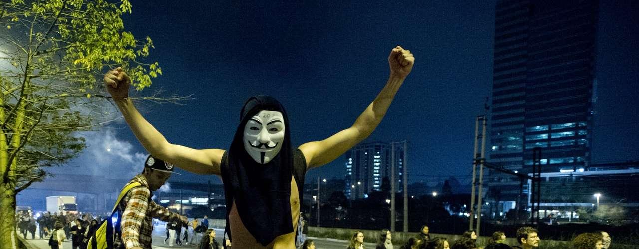 7 de junho - Policiais jogaram bombas de gás lacrimogêneo para dispersar manifestantes que tentavam bloquear a pista expressa da Marginal Pinheiros