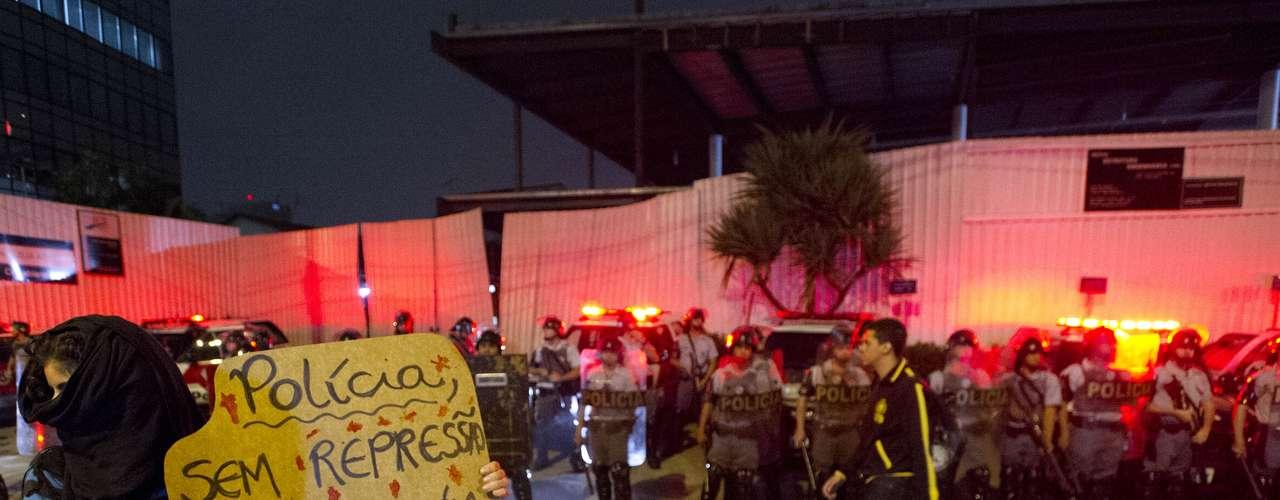 7 de junho - Manifestante pede a solidariedade de policiais que dependem do transporte público