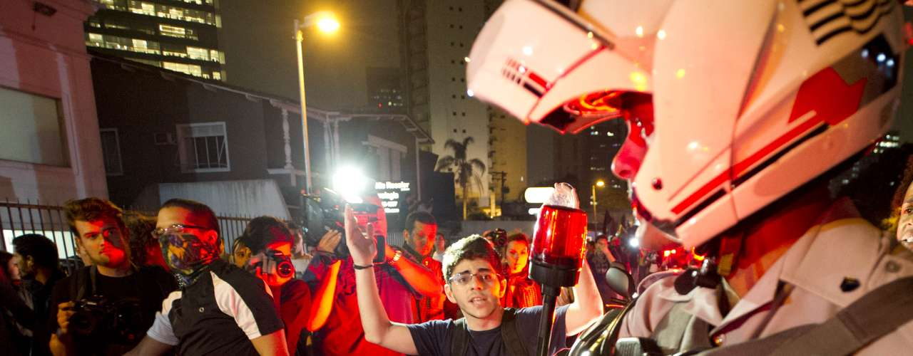 7 de junho - PMs tentam liberar pista da avenida Rebouças em meio à marcha de manifestantes