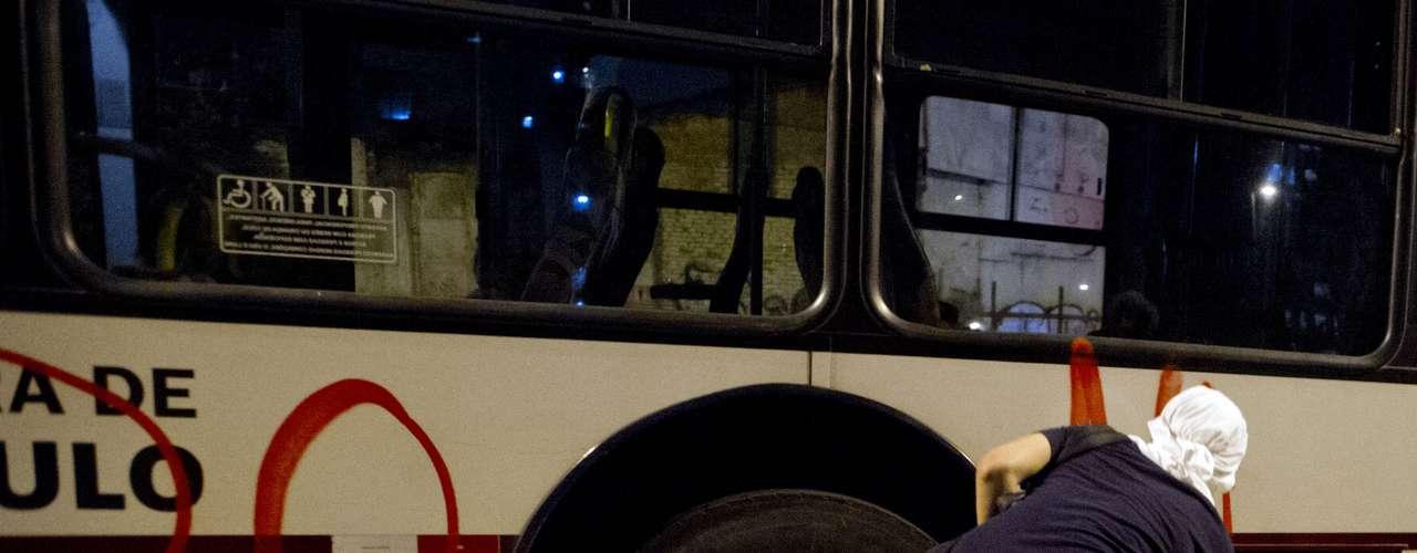 7 de junho - Ônibus foram pichados por manifestantes ao longo da marcha