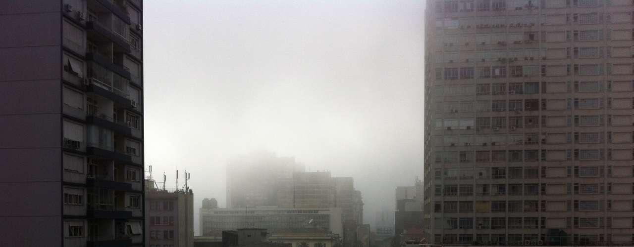 8 de junho - O intenso nevoeiro que atingiu Porto Alegre desde a madrugada deste sábado causou o fechamento do Aeroporto Internacional Salgado Filho