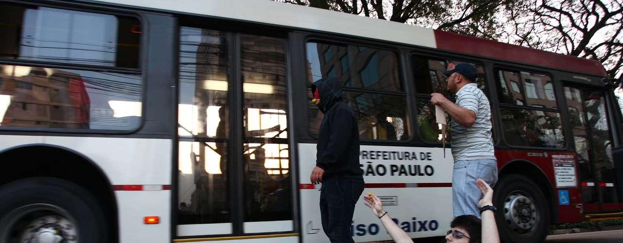 8 de junho As tarifas de ônibus, metrô e trem da cidade de São Paulo passaram a custar R$ 3,20 no domingo e geraram novo protesto no sábado