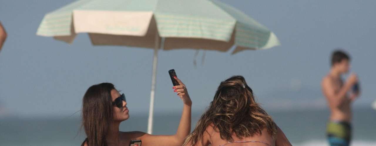 9 de junho - Mulheres aproveitam o bom tempo para ir à praia no Rio de Janeiro