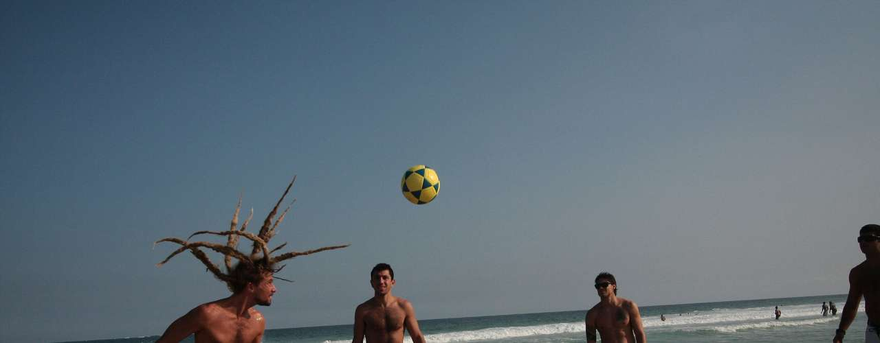 9 de junho -Cariocas aproveitam o bom tempo para jogar bola na praia da Barra da Tijuca