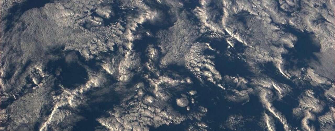 A astronauta americana Karen Nyberg está assumindo - timidamente, por enquanto - o posto de Chris Hadfield como habitante da Estação Espacial Internacional (ISS, na sigla em inglês) mais ativo nas redes sociais. Em uma das imagens feitas por ela da órbita terrestre, a única mulher na ISS fotografou um \