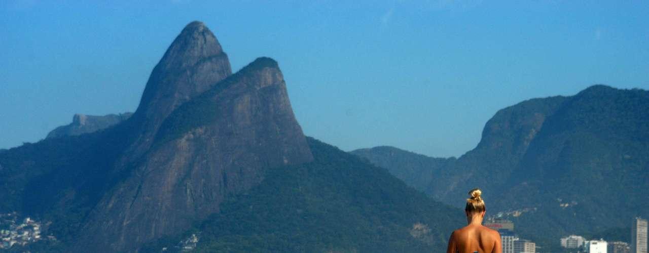 10 de junho Banhista aproveita o forte calor na praia de Ipanema no Rio de Janeiro (RJ), na manhã desta segunda-feira