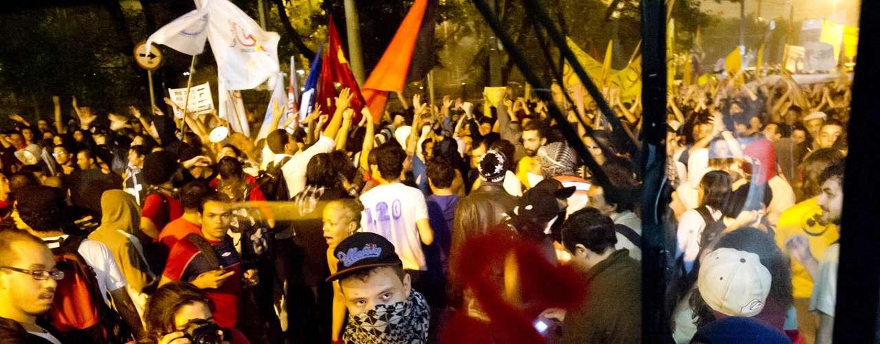 11 de junho - Grupo picha mensagens de protesto em ônibus de São Paulo