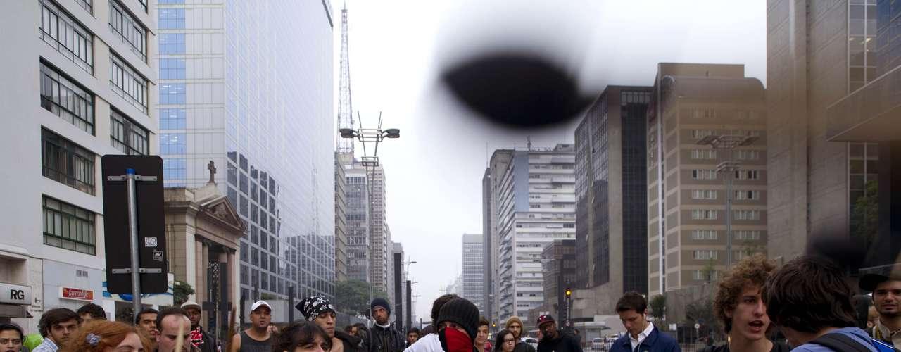 11 de junho - A manifestação, que se concentrou na praça do Ciclista, que fica no cruzamento da avenida Paulista com a rua da Consolação, às 17h, seguiu pela Consolação, sentido centro, cerca de 40 minutos depois, e bloqueou o trânsito no local