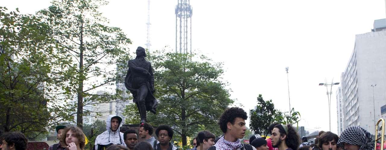 11 de junho - Policiais fazem um cordão humano para evitar que manifestantes interditem completamente a via